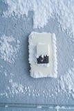 Крышка кнопки дверного звонока конца-вверх с белым снегом Стоковые Фото