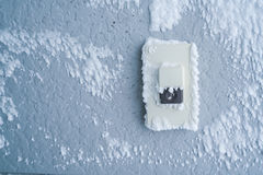 Крышка кнопки дверного звонока конца-вверх с белым снегом Стоковые Изображения