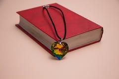 Крышка Красной книги и сердце стекел красочное стоковые изображения rf