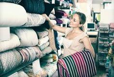 Крышка кровати ткани рудоразборки клиента женщины Стоковая Фотография