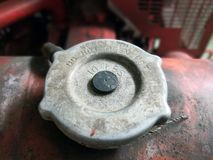 Крышка масла двигателя для пожарного насоса влияние нерезкости предпосылки 50mm горит сторону партии nikkor ночи стоковые фотографии rf