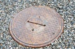 Крышка металла жилого вала нечистот дома Стоковое Изображение RF