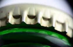 Крышка на съемке макроса пивной бутылки Стоковое Изображение RF