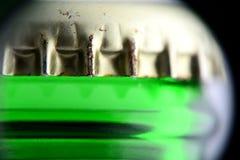 Крышка на съемке макроса пивной бутылки Стоковое Фото
