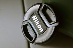 Крышка объектива Nikon на поле в низком ключе Стоковое Изображение
