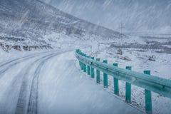 Крышка дороги с снегом в вьюге и тумане снега Стоковое Изображение
