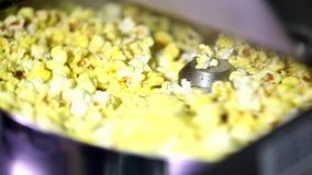 Крышка отверстия автоматического вращая попкорна делая машиной польностью сладостную мозоль сыра карамельки осеменяет хлопать вну видеоматериал