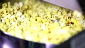 Крышка отверстия автоматического вращая попкорна делая машиной полную карамельку сыра сладостная мозоль осеменяет хлопать внутрь  сток-видео