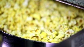 Крышка отверстия автоматического вращая попкорна делая машиной полный сыр карамельки сладостная мозоль осеменяет хлопать внутрь в видеоматериал