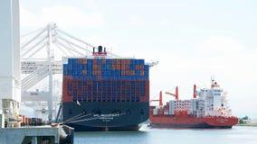 КРЫШКА ПОРТЛЕНД грузового корабля входя в порт Окленд Стоковое Изображение RF