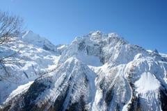 крышка пролома лавины вышла горе готовой правой посвеченный тенью саммит снежка наклона к верхней части Стоковые Изображения