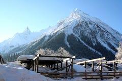 крышка пролома лавины вышла горе готовой правой посвеченный тенью саммит снежка наклона к верхней части Стоковое Изображение RF