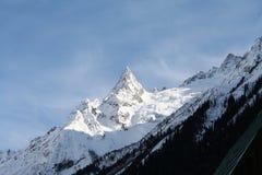 крышка пролома лавины вышла горе готовой правой посвеченный тенью саммит снежка наклона к верхней части Стоковые Фото
