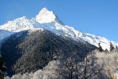 крышка пролома лавины вышла горе готовой правой посвеченный тенью саммит снежка наклона к верхней части Стоковое Фото