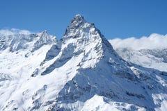 крышка пролома лавины вышла горе готовой правой посвеченный тенью саммит снежка наклона к верхней части Стоковое Изображение