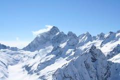 крышка пролома лавины вышла горе готовой правой посвеченный тенью саммит снежка наклона к верхней части Стоковые Фотографии RF