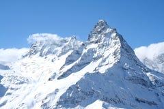 крышка пролома лавины вышла горе готовой правой посвеченный тенью саммит снежка наклона к верхней части Стоковое фото RF