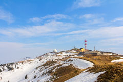 крышка пролома лавины вышла горе готовой правой посвеченный тенью саммит снежка наклона к верхней части Стоковые Изображения RF