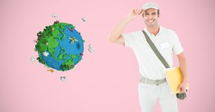 Крышка работника доставляющего покупки на дом нося низкой поли землей Стоковое Фото