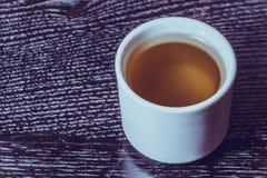 Крышка свежего оливкового масла на черных деревянном столе или доске тонизировано Стоковая Фотография RF