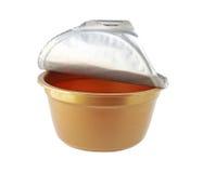 Крышка фольги чашки Брайна пластичная изолированная на белой предпосылке стоковые фото