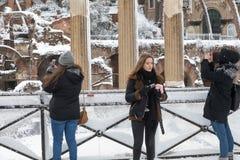 Крышки снега улицы Рима, Италии Девушки в улице к p Стоковое фото RF