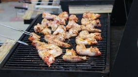 Крыла мяса цыпленка которые кантуют на гриле барбекю Мясо зажарено в гриле барбекю Mangal Мясо цыпленка на решетке видеоматериал