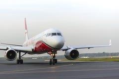 Крыла Туполева Tu-204 красные ездя на такси на международном аэропорте Domodedovo Стоковая Фотография