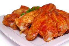 Крыла цыпленка буйвола на белизне Вкусное зажженное мясо Стоковые Изображения