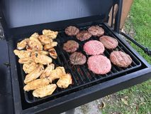 Крыла цыпленка гамбургера BBQ Стоковое Фото
