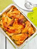 Крыла цыпленка зажарили с овощами в фольге лотка Стоковые Фотографии RF