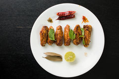 Крыла цыпленка на плите стоковая фотография