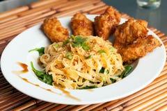 Крыла цыпленка с лапшами и шпинатом Стоковое Фото