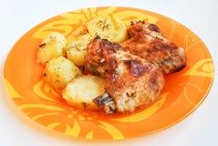 Крыла цыпленка с картошками стоковые фотографии rf