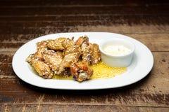 Крыла цыпленка с сезамом стоковые изображения rf