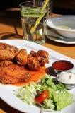 Крыла цыпленка Bbq с погружениями и салатом стоковое изображение
