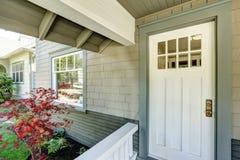 Крылечко входа с белой дверью Стоковые Изображения