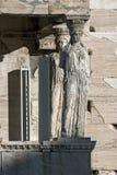 Крылечко кариатид в Erechtheion висок древнегреческия на Норт-Сайд акрополя Афин, Греции стоковое фото