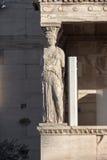 Крылечко кариатид в Erechtheion висок древнегреческия на Норт-Сайд акрополя Афин, Греции стоковые изображения rf