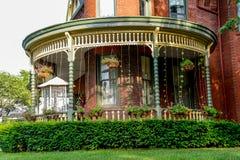 Крылечко на викторианской кровати кирпича - и - дом завтрака Стоковое Фото