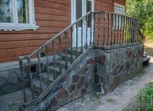 Крылечко старого дома с декоративными перилами Стоковые Фотографии RF