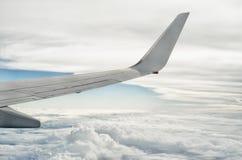Крыло аэроплана над облаками 2 стоковое изображение rf