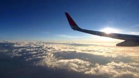 крыло белизны горизонта голубого неба воздушных судн сток-видео