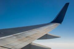 Крыло двигателя на голубом небе Стоковое Изображение