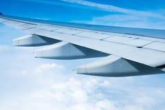 Крыло летания самолета над облаками стоковые фотографии rf