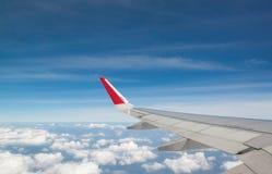 Крыло летания самолета над облаками Стоковое Изображение RF