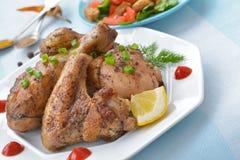 Крыло жареной курицы, нога и конец томатного соуса вверх Стоковая Фотография RF