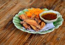 Крыло жареной курицы с соусом на деревянной предпосылке стоковое фото rf