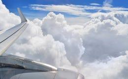 Крыло и облака двигателя Стоковое Изображение