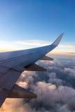 Крыло самолета воздуха на море предпосылки f голубого неба облаков Стоковые Изображения